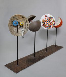 Emmanuelle Siary, À LA TRACE (2015 - Terre cuite, métal, papier)
