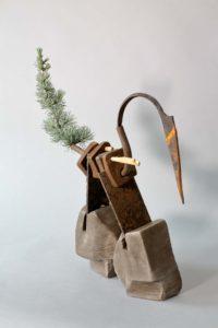 Emmanuelle Siary, OISEAU (2017 - Terre cuite, métal, végétation)